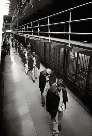 Последние заключенные покидают тюрьму Алькатрас, 1963.