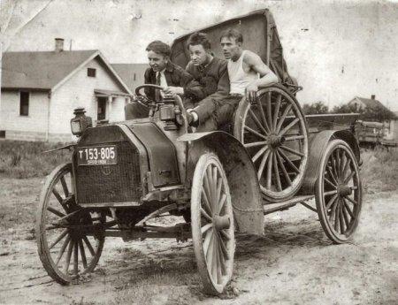 Три товарища позируют на своём автомобиле. Огайо, 1924 год.