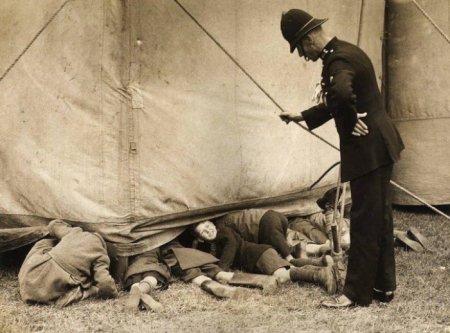 Англия, 1938. Полисмен поймал группу детишек, которые забравшись под брезентовый полог на халяву смотрят цирковое представление.