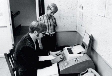 Основатели компании Microsoft Билл Гейтс (13 лет) и Пол Аллен (15 лет) работают с компьютером PDP-10 в Университете Вашингтона через терминал телетайпа в своей школе. 1968 год.