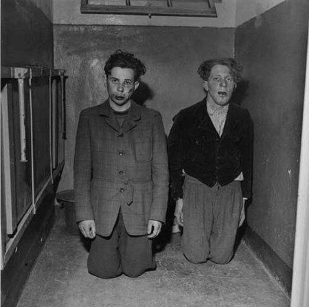Двое охранников из концентрационного лагеря Бухенвальд были пойманы и избиты заключенными. От расправы их спасли американские солдаты.