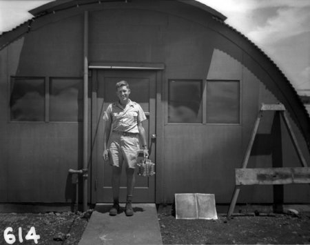 В руках у мужчины плутониевый сердечник от бомбы, которая вскоре упадет на Нагасаки.