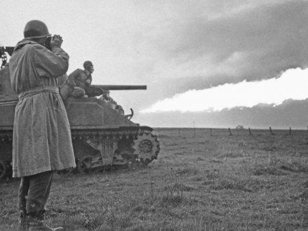 Американский офицер на испытаниях огнеметного танка E4-5 25 октября 1944 года.