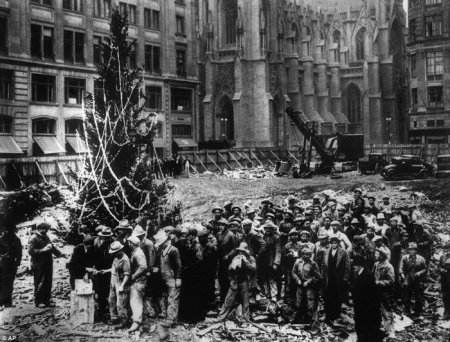 Первая новогодняя елка у Рокфеллер Центра в Нью-Йорке. 1931.