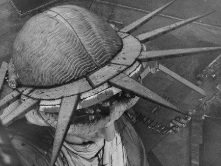 Редкий вид на Статую Свободы с балкончика на её факеле. Выход туда был закрыт с 1916 года.