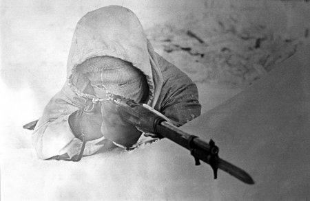 Шведский доброволец во время Финской Войны стреляет в советских солдат. 20 февраля 1940.