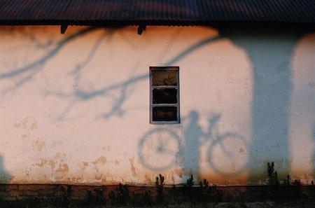 Тень мужчины на стене возле реки Замбези, 1996 год