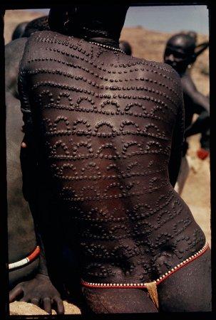 Кружево из шрамов на спине женщины народности Нуба, Судан, 1966 год