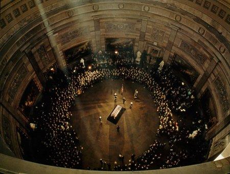 Гроб с телом Джона Кеннеди под куполом Капитолия, 1963 год