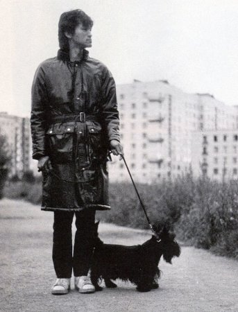 Виктор Цой и Бил на прогулке, сентябрь 1985.