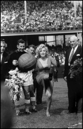Мэрилин Монро открывает футбольный матч США—Израиль, Нью—Йорк, 1959.