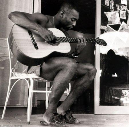 Бразильская легенда футбола Пеле играет на гитаре во время Чемпионата мира по футболу в 1970 году.
