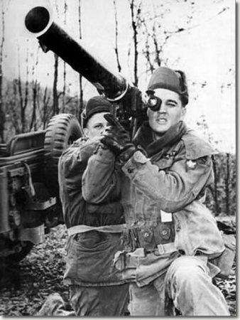 Элвис Пресли с базукой в армии США, 1958.