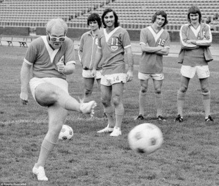 Элтон Джон демонстрирует свои футбольные способности, 1976.
