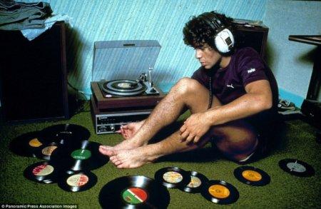 Музыканты любят футбол, а футболисты музыку — Диего Марадона за прослушиванием грампластинок.
