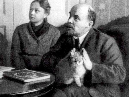 Владимир Ильич Ленин и кот.