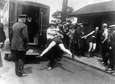 """Чикаго, 1922 год, женщину арестовывают за """"слишком короткий"""" купальный костюм"""