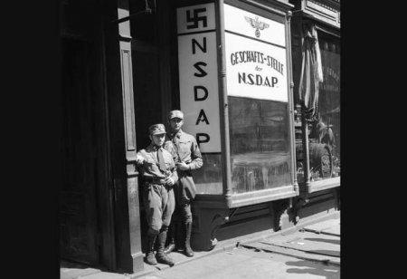 Два американских нациста позируют в униформе в Нью-Йорке