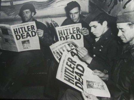 1945 год, солдаты войск союзников читают последние новости об окончании Второй Мировой войны