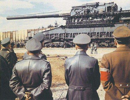 """Гитлер осматривает пушку """"Шверер Густав"""" более чем в 1350 тонн весом в 1941 году"""