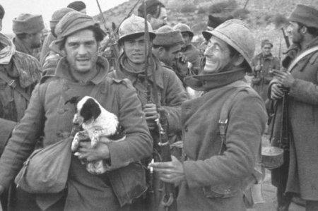 Гражданская война в Испании, 1937 год. Джордж Оруэлл держит щенка, за ним идёт Эрнест Хемингуэй