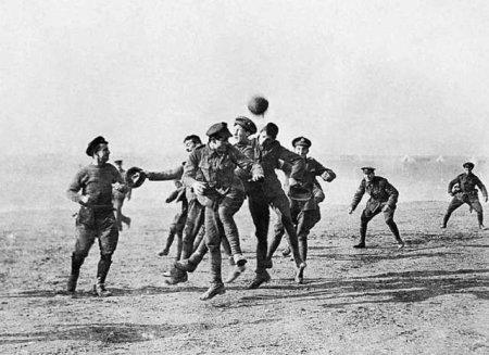 Во время рождественского перемирия в ходе Первой Мировой войны в 1914 году британские и немецкие солдаты играют в футбол