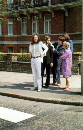 Моменты перед фотосессией The Beatles в Эбби-Роуд в 1969 году