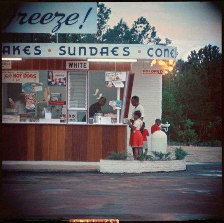 """Алабама, 1956 год, семья афроамериканцев покупает мороженое у прилавка для """"цветных"""""""