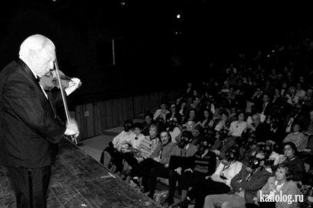 Скрипач Айзек Стерн на концерте в Иерусалиме во время Войны в Заливе. На концерте раздалась сирена химической атаки, но несмотря ни на что, Айзек Стерн продолжил играть на скрипке, 1991-ый год.