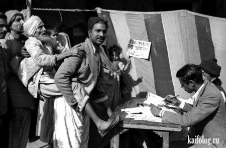 Первые выборы в Индии, 1952 год. Слепого принесли на голосование.