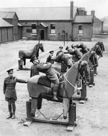 Новобранцы 7-го Королевского гусарского полка учатся балансировать на деревянных лошадях, 1935