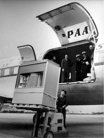 Загрузка первого жесткого диска в 5 МБ в самолет, 1965