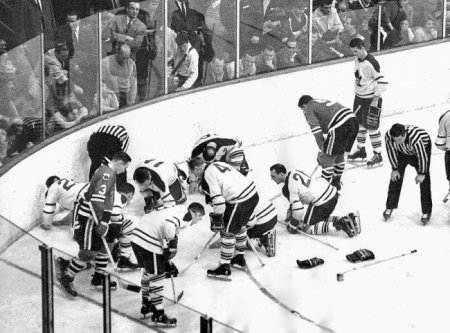 Игроки Toronto Maple Leafs и Chicago Black Hawks ищут потерянную дорогую контактную линзу Джека Эванса. Через месяц Leafs выиграют Кубок Стэнли, 1962