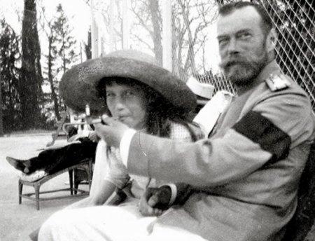 Княжна Анастасия балуется сигаретой из рук отца императора Николая II, 1916