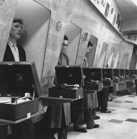 Звукоизолированные кабинки в музыкальном магазине, 1955
