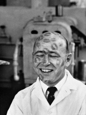 Тестирование губной помады, 1950. В прошлом веке на большие фабрики губной помады приглашались на работу лысые мужчины в качестве живых манекенов, на которых работницы завода тестировали новую продукцию