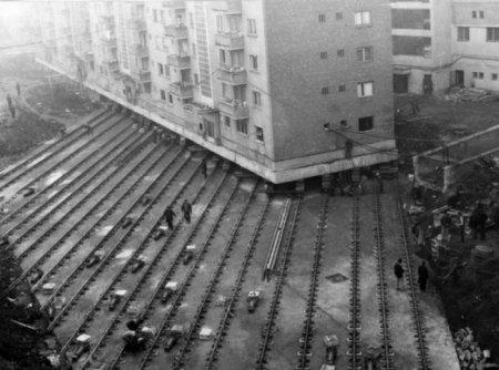 Перемещение многоквартирного жилого дома весом 7600 тонн, чтобы проложить бульвар в румынском городе Алба-Юлия, 1987