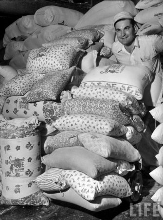 Тяжелые времена Великой депрессии. Когда производители муки узнали, что матерям порой попросту приходится шить своим детям одежду из мешков, они стали печатать на обычных мешках веселенькие рисунки