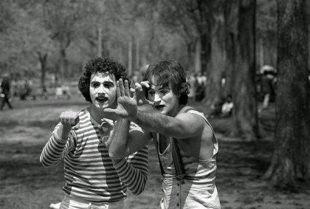 Еще никому не известный Робин Уильямс (справа) в Центральном парке Нью-Йорка, 1974
