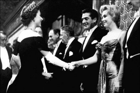 Мэрилин Монро приветствует королеву Елизавету II, 1956