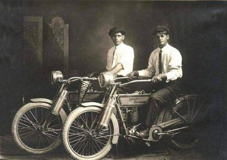 Уильям Харли и Артур Дэвидсон - учредители компании по производству мотоциклов Harley Davidson, 1914