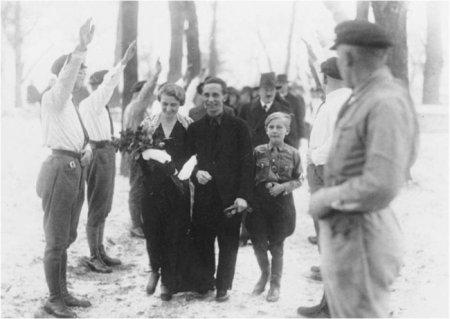 Гитлер на свадьбе Геббельса