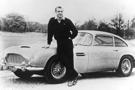 Шон Коннери в роли Джеймса Бонда позирует с Aston Martin DB5, 1965