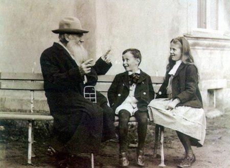 Лев Толстой рассказывает историю своим внукам, 1909