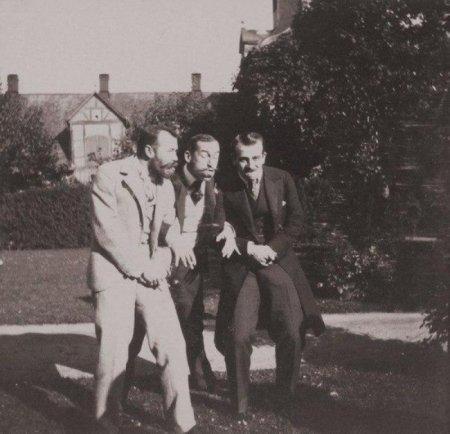 Император Николай II и принц греческий Николай веселятся.